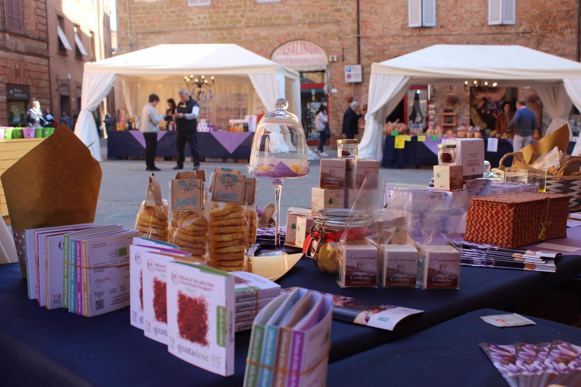 Salgsboder på torget Piazza Plebiscito - Zafferiamo - Città della Pieve