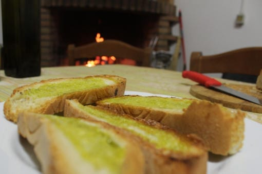 Kaldpresset ekstra jomfru olivenolje på brød – Cataloni