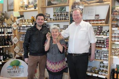Jan Terje Melandsø fra Ditt Italia på besøk i butikken til familien Moretti - Voglie di Bosco