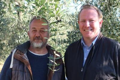 Jan Terje Melandsø fra Ditt Italia og Stefano Sega blant oliventrærne på gården Podere Umbro