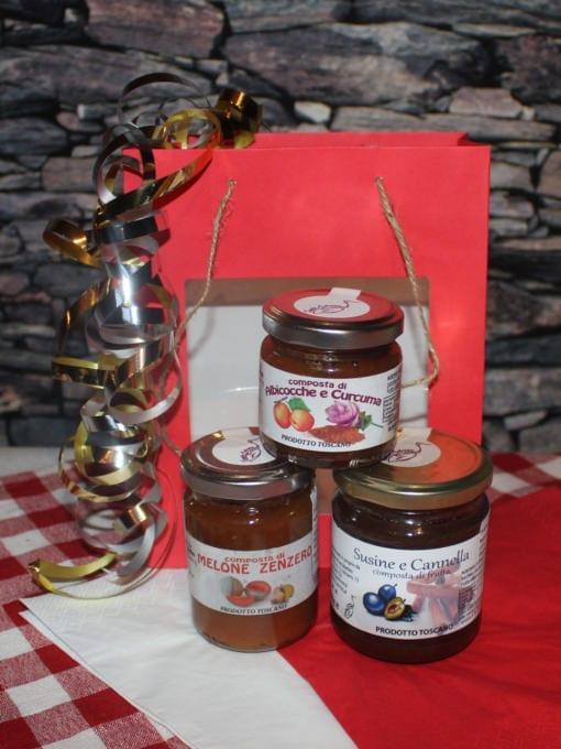 Matgave med søte delikatesser i rød gavepose
